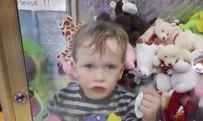 Döbbenet a játszóházban: az automatába ragadt a kisfiú