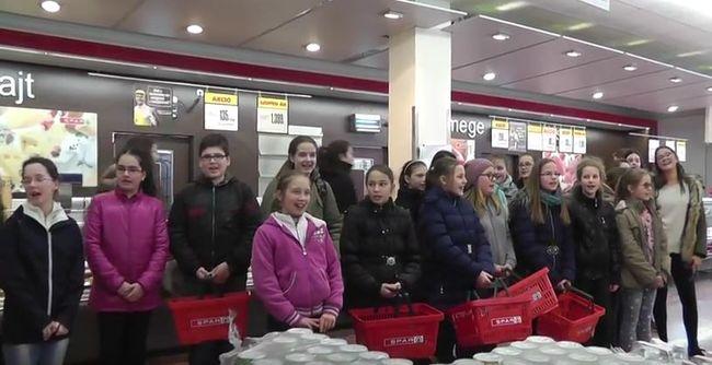 Zeng a bolt: kisdiákok fakadtak dalra a húspult előtt - videó