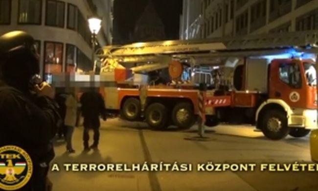 Kivonult a TEK és a tűzoltóság: veszélyes bűnöző miatt zárták le az utcát - videó