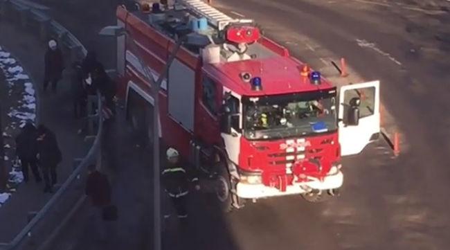 Emberekkel teli buszmegállóba hajtott egy tűzoltó a repülőtérnél, halálos áldozat is van
