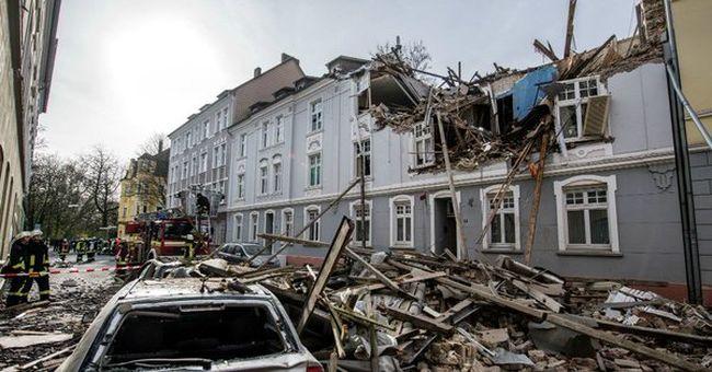 Felrobbant egy társasház, súlyosan megsérült az egyik lakó