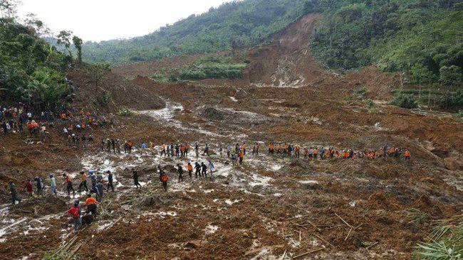Több tucat embert temetett maga alá a föld a hirtelen leszakadó esőtömeg után