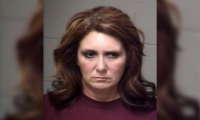 Alkoholszagúan ment dolgozni az óvónő, kolléganője fegyvert is talált nála