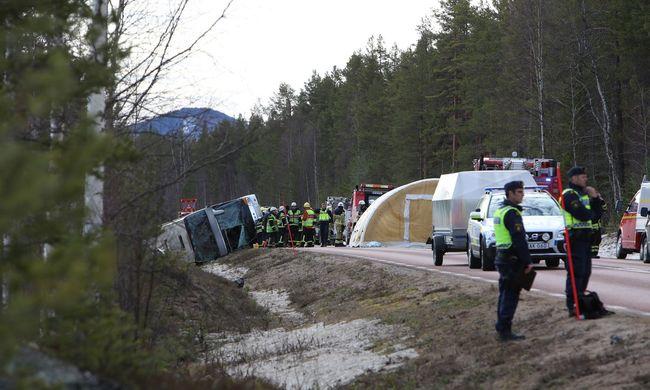 Halálos buszbaleset az autópályán: diákokkal teli busz csúszott le az útról