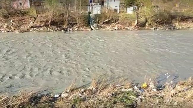 Kénsav ömlött a folyóba, átszakadt a védőgát