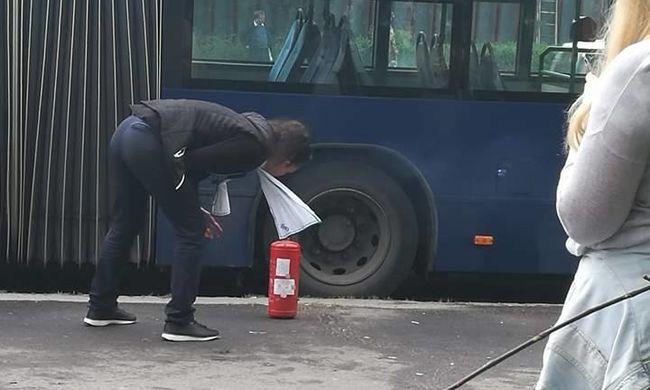 Kiürítettek egy tömött buszt Budapesten, váratlanul lángra kapott - fotó