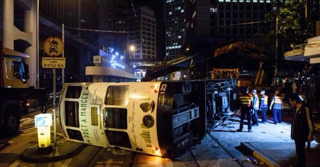 Kisiklott és felborult egy villamos, sérültek is vannak