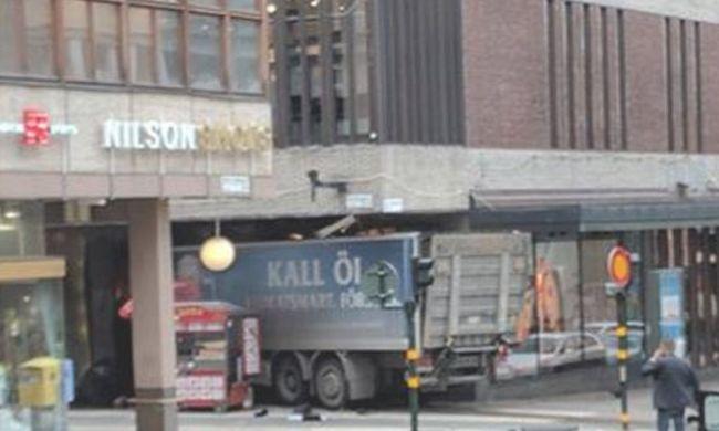 Rengetegen megsérültek, emberek közé hajtott egy kamion