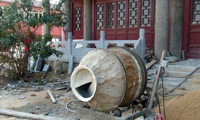 Épülő ház omlott be, maga alá temette a munkásokat