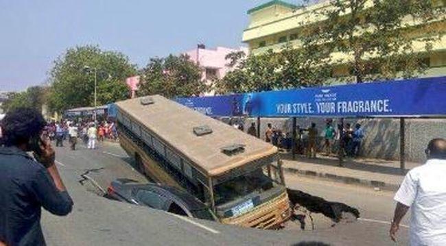 Durva fotók: teljesen beomlott az út egy busz alatt