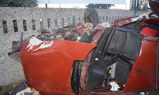 Ivott, majd durván összetörte a kocsit és barátait a felelőtlen tini - fotók