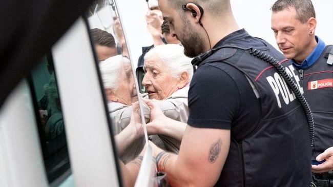 Graffitizett a bankra, letartóztatták a 86 éves nénit