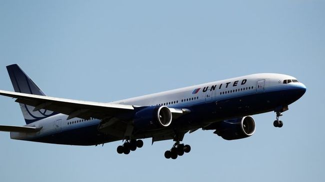 Vérző fejjel szállították le a repülőről az orvost, nem utazhatott betegéhez - videó