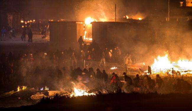 Tömegverekedés tört ki a migránsok között, felgyújtották a befogadótábort