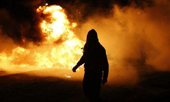 Benzinnel öntötte le a feleségét, majd rágyújtotta a házat