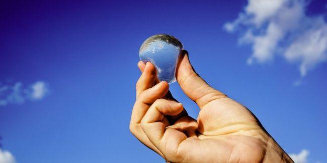 Mintha űrhajósok lennénk: ehető vízgolyók válthatják ki a műanyag palackokat