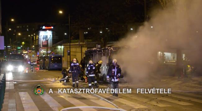 Durva videó: felismerhetetlenségig leégett egy budapesti busz