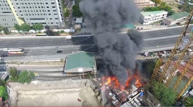 Drámai videó: a gyorsforgalmi út mellett omlott össze egy lángoló távvezetékoszlop