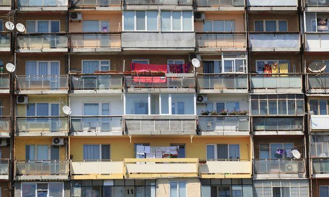 A szomszédok szeme láttára dobta ki lánya holttestét az erkélyről