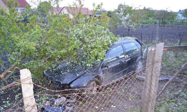 Szörnyű baleset: megcsúszott az úton és egy paksi kertbe repült be egy autós - fotók