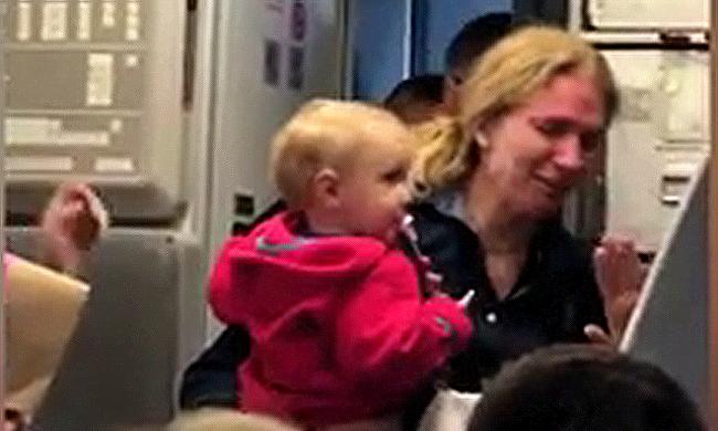 Botrány a repülőn: ledobta a babakocsit a steward, megütötte az anyát