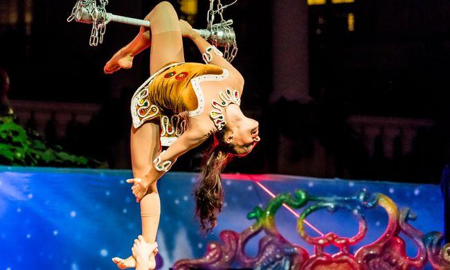 Felsikoltottak a nézők: a mélybe zuhant az akrobata - videó