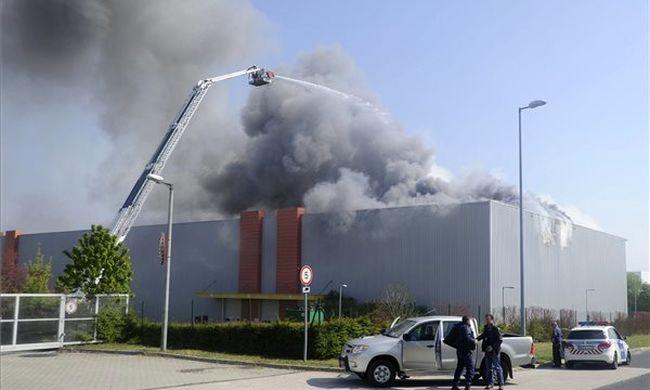 Nagy a baj: lezárják a környéket, kiürítik a boltokat Pest megyében - fotó