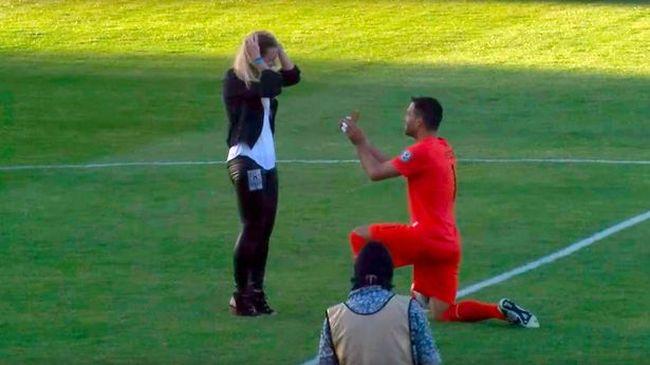 Focimeccs közben kérte meg barátnőjét, a mérkőzés elveszett - videó