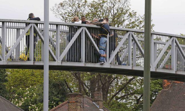 Megható összefogás: idegenek kötözték magukat a férfihoz, hogy ne ugorjon le a hídról