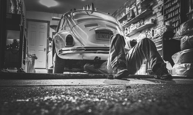 Autószerelőnek adta ki magát, megtartotta a kocsikat