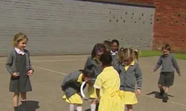 Megható felvétel: új lábat kapott, így üdvözölték barátai a kislányt