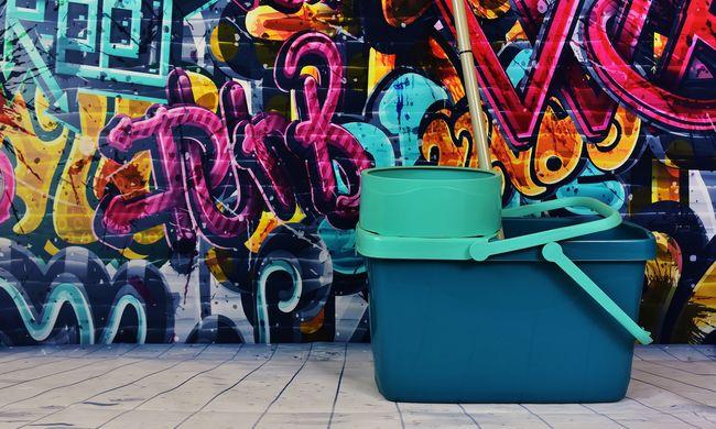 Hányást takarítottak a vízzel, majd egy hajléktalanra öntötték a felkapott szórakozóhelynél