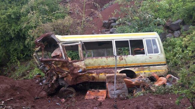 Diákokkal teli busz szenvedett balesetet, rengeteg a halott - fotó