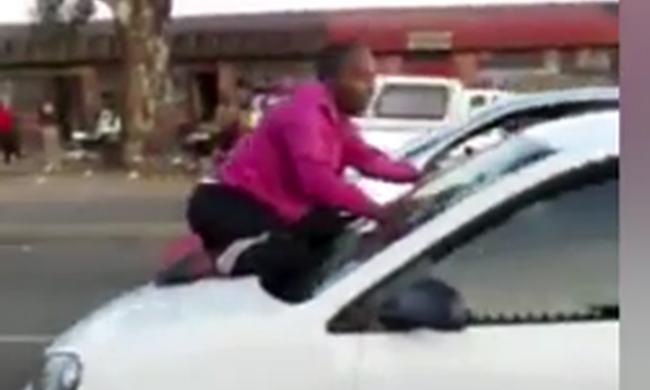 Durva videó: veszélybe sodorta életét a féltékeny nő