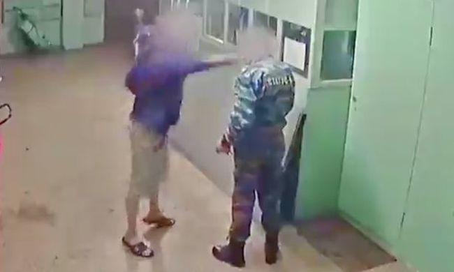 Halálra verte a biztonsági őrt, mert munka közben ivott - videó