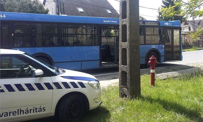 Kiesett egy utas a budapesti buszból, belehalt fejsérülésébe - bonyolódik az ügy