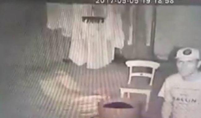 Felfordult az édesanya gyomra a videó láttán, bugyiját szaglászta a betörő