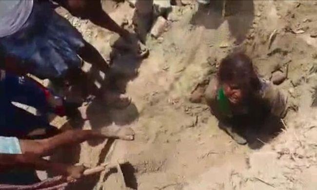 Az édesapa a szomszédokkal talált az élve eltemetett tinire - videó