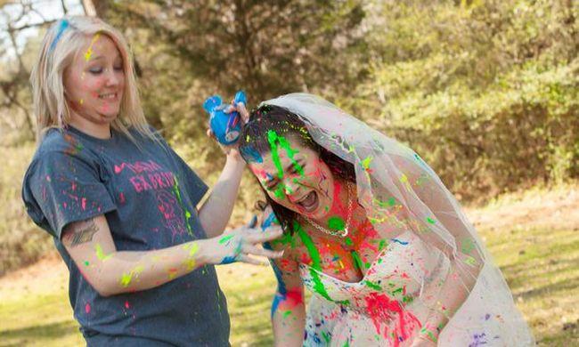 Az esküvő előtt dobták, barátaival együtt tette tönkre a gyönyörű menyasszonyi ruhát
