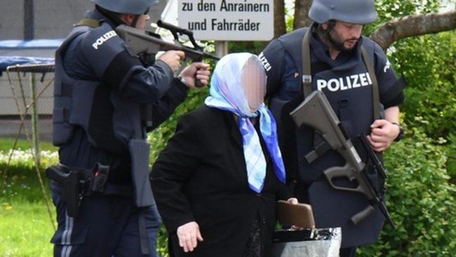 Golyóálló mellényben vonult ki a rendőrség: túszokat ejtett a bankban egy ámokfutó