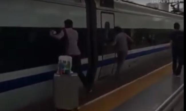 Szörnyű baleset: odacsukta a férfi kezét a vonat, majd elindult a szerelvény