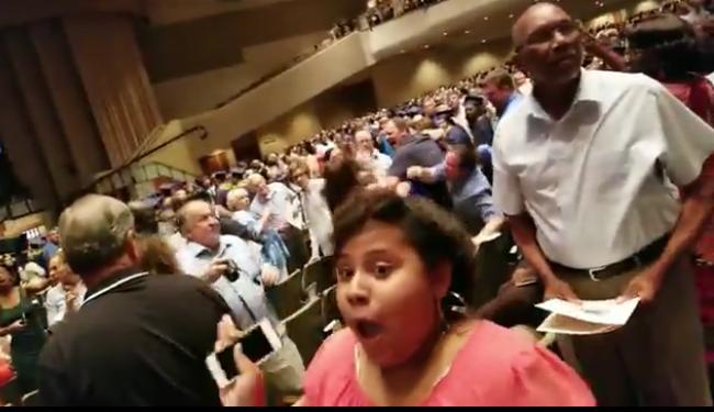 Botrány az iskolában: megtépték egymást a szülők a gyerekek ünnepségén - videó
