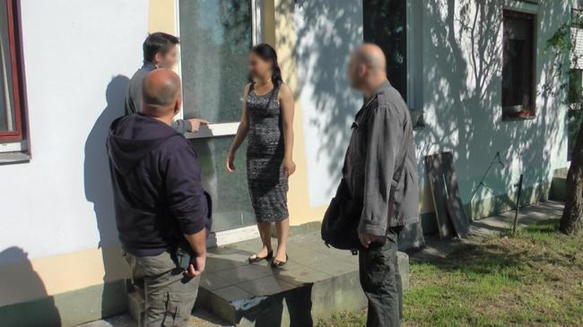 Kiskorú lányt hirdettek az interneten, Szegeden kellett fogadnia a kuncsaftokat