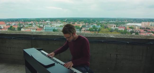 Lélegzetelállító videó: a legmagasabb épület tetején zenélt a szombathelyi zongorista