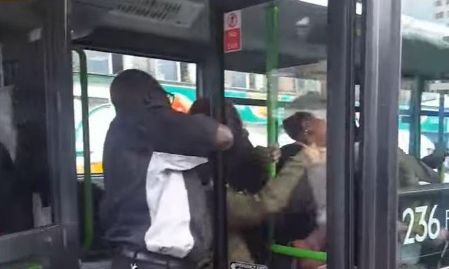 Őrültként verték egymást a tinilányok a helyi járaton - videó