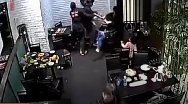 Durva videó: megverték az étteremben a négyéves kislányt, mert hangoskodott