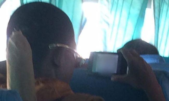 Hangosan nézte a pornót a buszon egy szerzetes