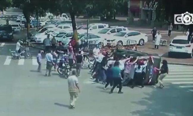 Megható összefogás: gyalogosok mentették a balesetet szenvedő sofőrt - videó