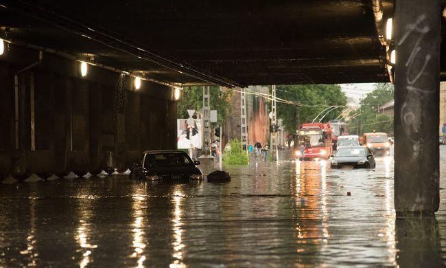 Megáztak a felhőszakadásban, a budapesti taxis nem vitte el őket, mert vizesek