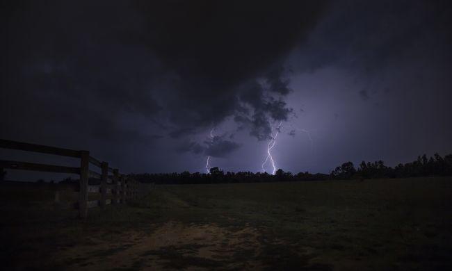 Tombol a vihar: leállt a vasúti közlekedés, embereket rázott meg otthonukban az áram
